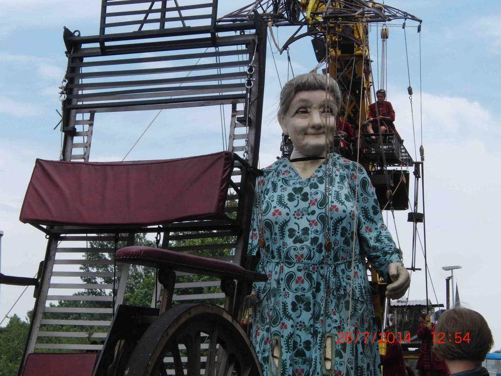 08e 26.7.14 Grandmother Giant outside Unite